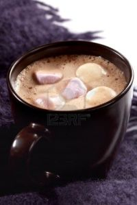 5514745-una-taza-de-caf-de-chocolate-caliente-con-malvaviscos-en-la-parte-superior-descansando-sobre-la-alfo